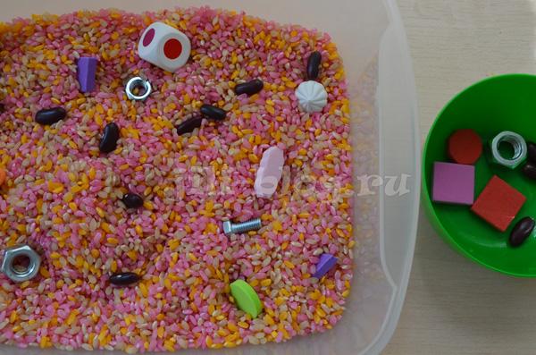 Сенсорная коробка с крашеным рисом