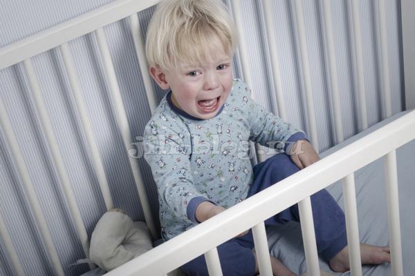 Как научить ребенка засыпать самостоятельно. Ребенок плачет