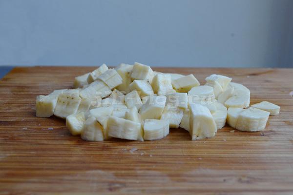 Бананы, порезанные кубиками