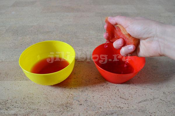 Переливаем воду губкой из одной миски в другую