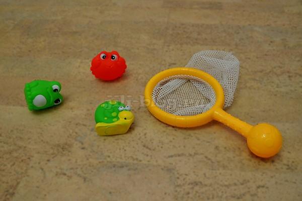 Вылавливаем игрушки из воды сачком
