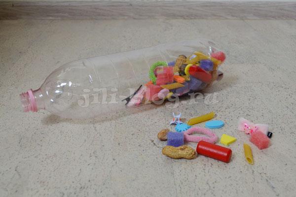 Игры на развитие моторики: проталкиваем предметы в пластиковую бутылку