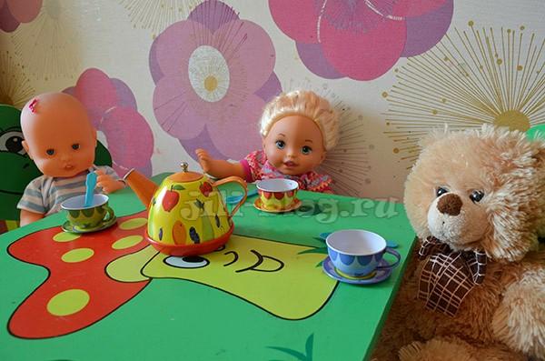 Куклы пьют чай
