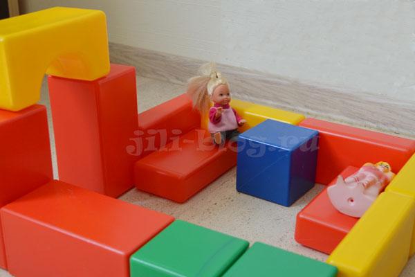 Домик из кубиков для куклы