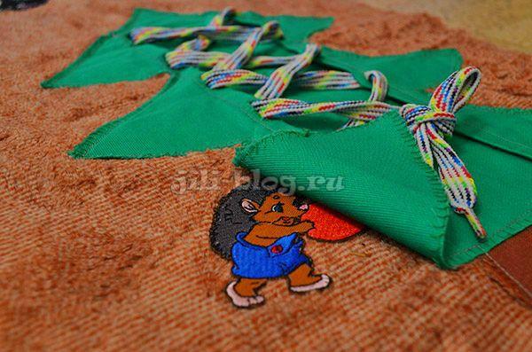 Шнуровка на развивающем коврике