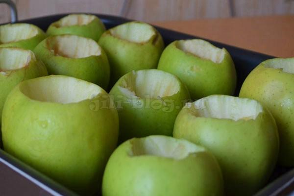 Делаем отверстия в яблоках