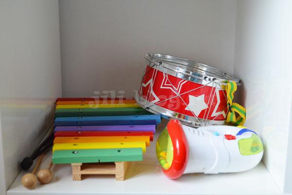 Музыкальные инструменты на стеллаже