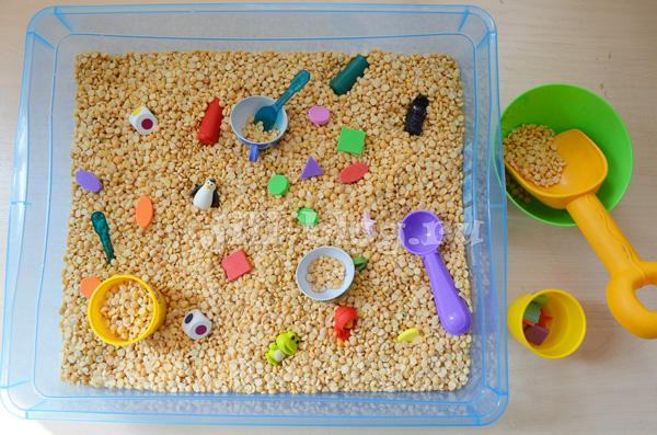 Сенсорная коробка с крупой и мелкими предметами