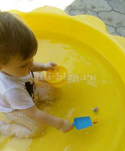 Вылавливаем игрушки совочком из воды