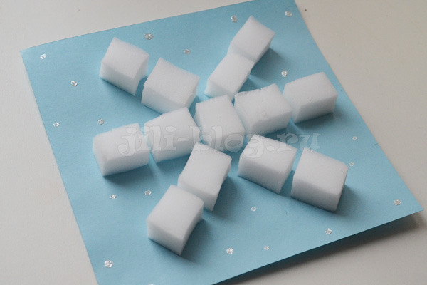 Аппликация Снежинка из кусочков меламиновой губки