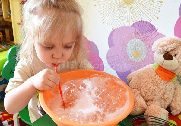 Игры для детей 2 лет. Надуваем мыльные пузыри
