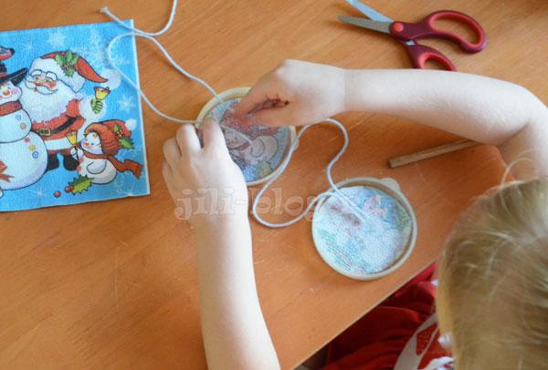 Делаем елочные игрушки из льда