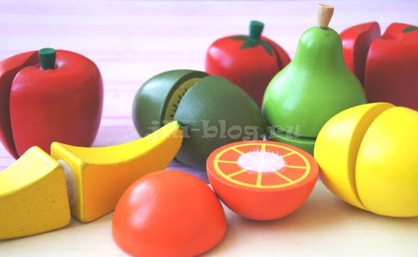 Разрезные фрукты на доске с ножиком
