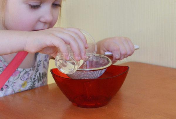 Опыт для детей Носим воду в решете