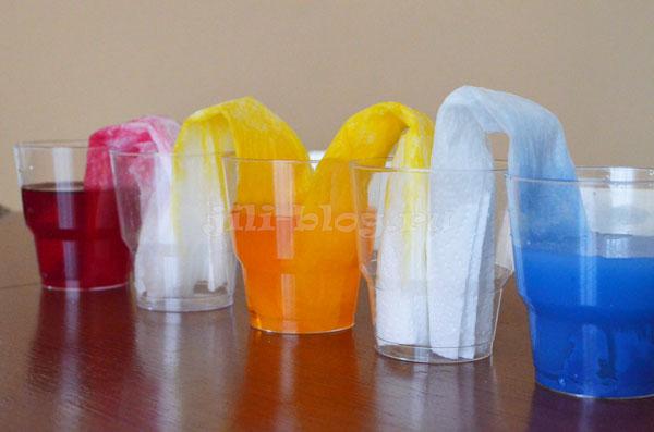 Опыт с переливанием воды при помощи салфеток