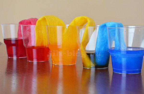 Опыт со стаканами, салфетками, водой и красителями